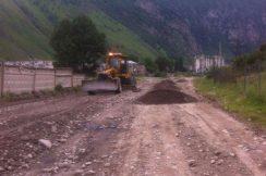 Эльбрусский район, автодорога «объезд г. Тырныауз». Проводятся работы по профилированию проезжей части с добавлением нового материала.