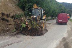 Из-за обильных проливных дождей на участке автодороги В. Аул-Хасанья-Герпегеж-Кашхатау произошло обрушение грунта