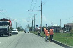 Проводятся работы по очистке прибордюрной части автодороги от наносов грунта и сорной растительности