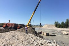 Ведутся работы по устройству временной дороги для обеспечения проезда транспортных средств на размытом участке автомобильной дороги Нарткала-Озрек-Ст.Урух